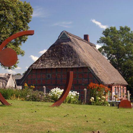 Zwei Dutzend Kunstwerke stehen mitten im Dorf.