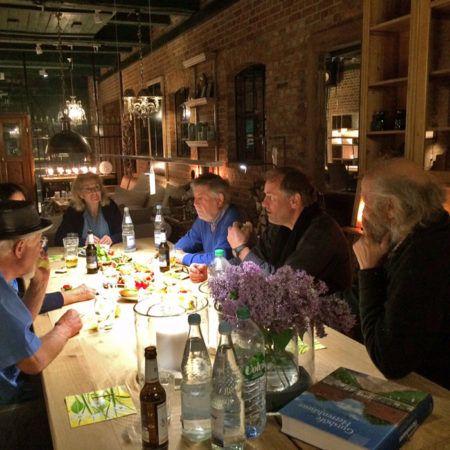 Ton_Kalle_und_Peter_Lundberg_beim_Abendessen_in_Bissee_408_5f75aa1009cf