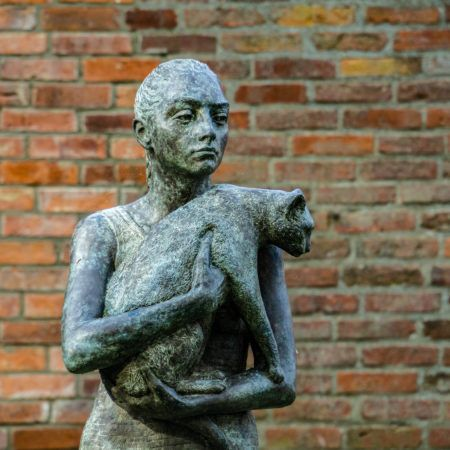 """""""Frau mit Katze"""" von Uschi Koch."""