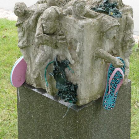 Yvonne van Hülsen | 50 x 50 x 50 | Betonhohlguss mit Plastikteilen/Sandalen  2012